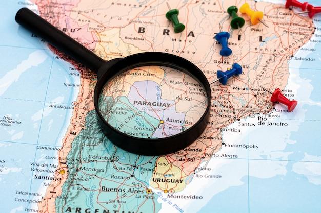 Vergrootglas selectief in paraguay. - economisch en reisconcept.