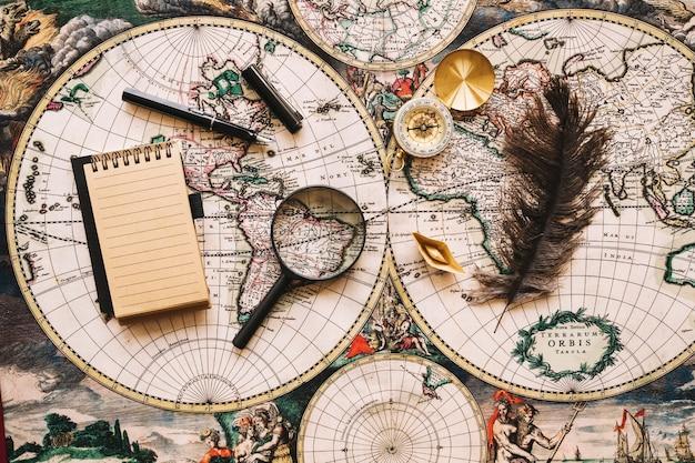Vergrootglas tussen notebook en veren