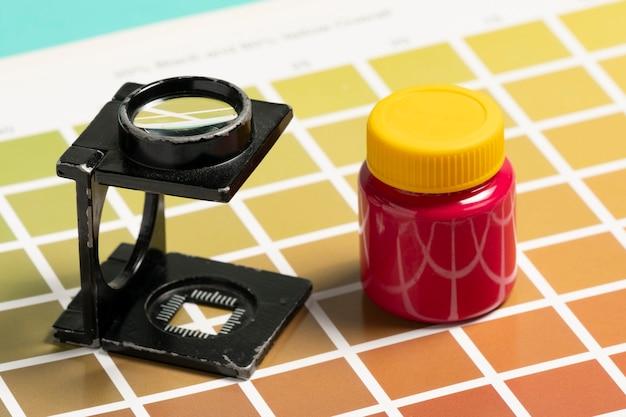Vergrootglas van het draadtype, op monsters van een kleurenschaal om af te drukken