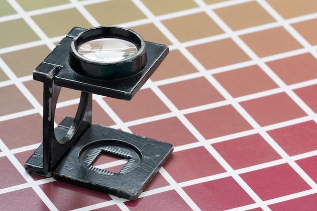 Vergrootglas van het draadtype, op monsters van een kleurenschaal voor afdrukken en lithografie