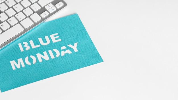 Vergrote weergave van blauw maandag concept met kopie ruimte