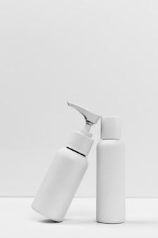Vergrote weergave van cosmetische producten met kopie ruimte