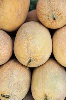 Vergrote weergave van een hoop verse meloenen