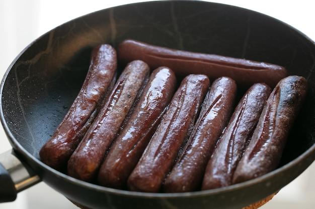 Vergrote weergave van gebakken worstjes. vlees vis. eten koken. hoge kwaliteit foto