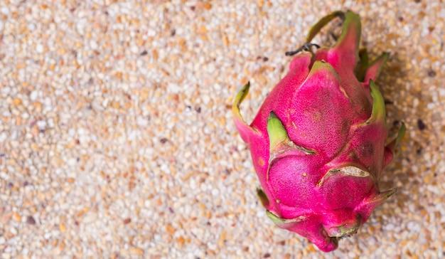 Vergrote weergave van verse rijpe dragon fruit pitaya met kopie ruimte.