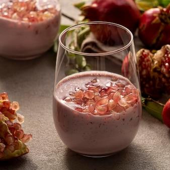Vergrote weergave van yoghurt met granaatappel