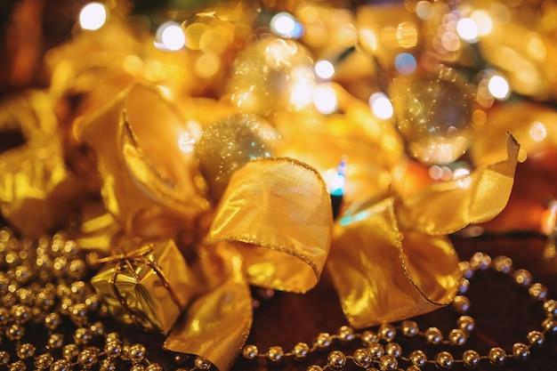 Vergulde banden op kerstdecoratie