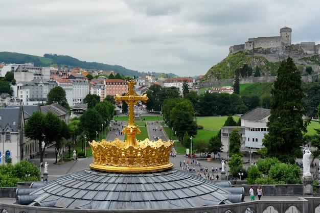 Vergulde kroon van de basiliek van lourdes