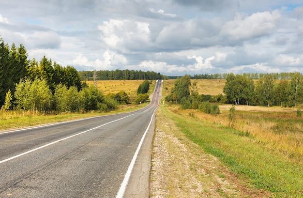 Verharde landelijke weg verdwijnt in de horizon