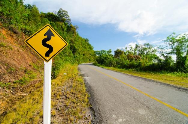 Verharde weg de s-vorm in natuurlijke gebieden.