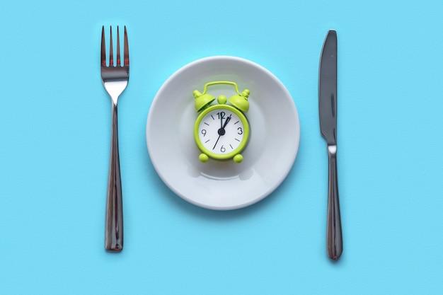 Verhongering, dieet concept. voedselbeperking en controle eten