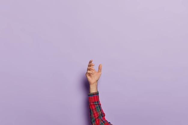 Verhoogde mannenhand met onzichtbaar object