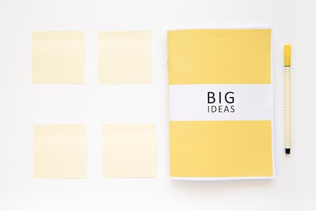 Verhoogde mening van groot ideeënagenda met kleverige nota's en pen