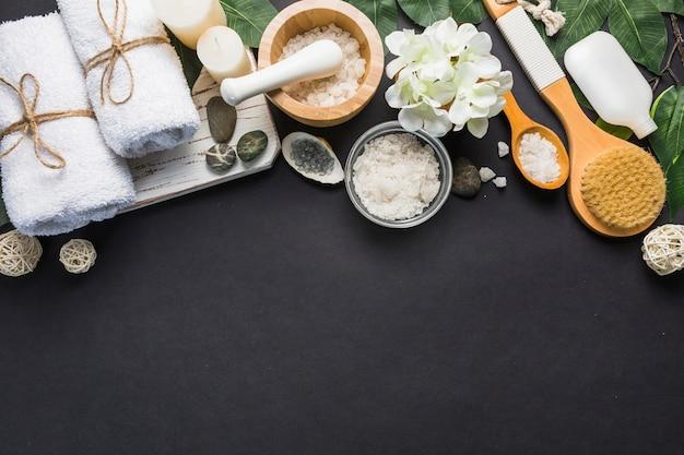 Verhoogde mening van kuuroordproducten op zwarte achtergrond