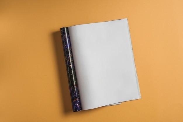 Verhoogde mening van leeg notitieboekje op trillende achtergrond