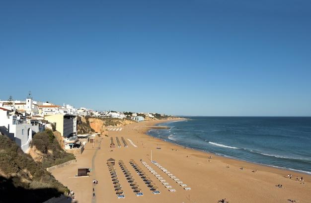Verhoogde mening van praia dos pescadores, albufeira, algarve, portugal,
