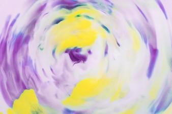 Verhoogde mening van purpere en gele waterverven in rimpelingspatroon