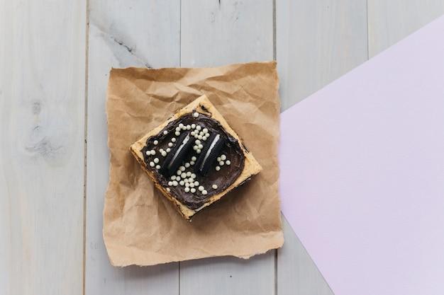 Verhoogde mening van vers gebakje op pakpapier