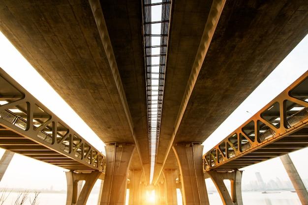 Verhoogde snelweg. de kromme van hangbrug, thailand.
