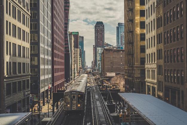 Verhoogde treinsporen die boven de spoorrails tussen het gebouw lopen