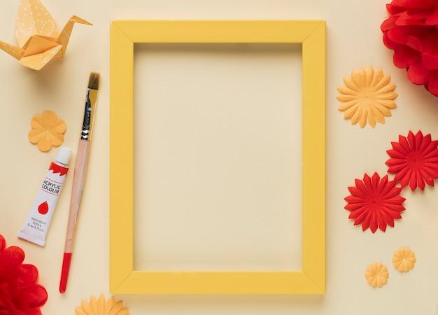 Verhoogde weergave van ambachten object; verf buis en penseel