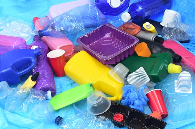 Verhoogde weergave van bijlgroep van plastic containers op blauwe plastic zakken