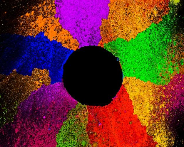 Verhoogde weergave van een cirkelframe van veelkleurige traditionele poeder