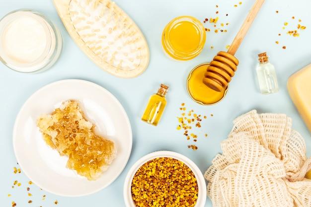 Verhoogde weergave van honingraat en spa item met luffa
