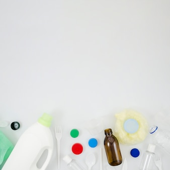 Verhoogde weergave van plastic afval huisvuil onderaan witte achtergrond