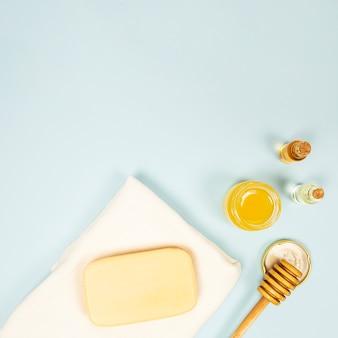 Verhoogde weergave van spa ingrediënt op blauwe achtergrond