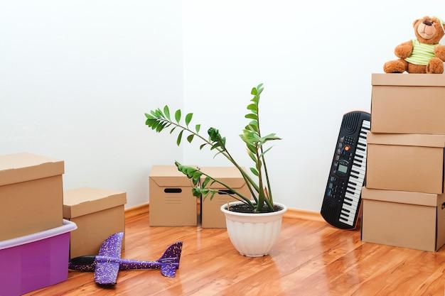 Verhuisdag en onroerend goed concept nieuw appartement voor jong gezin met kind