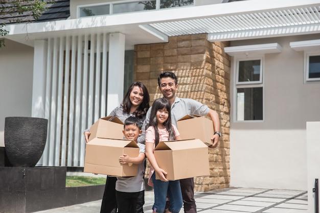 Verhuisdag. gelukkige aziatische familie voor hun nieuwe huis