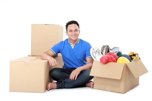 Verhuisdag. man met kartonnen doos