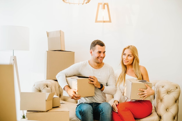 Verhuizen man en vrouw met dozen samen