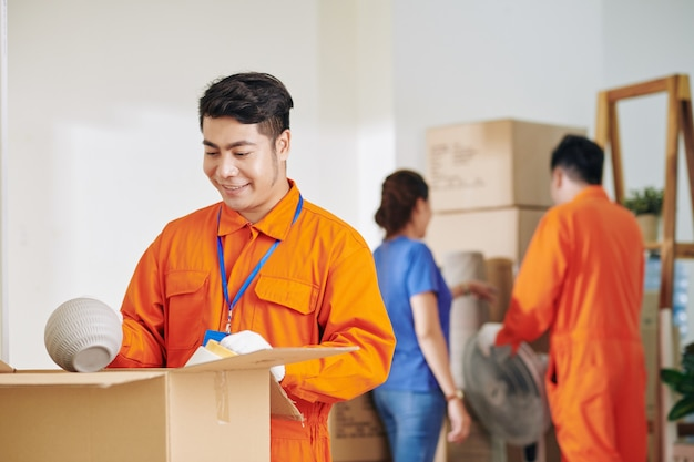 Verhuizer helpt met uitpakken