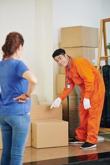 Verhuizer vraagt onwer over kartonnen doos