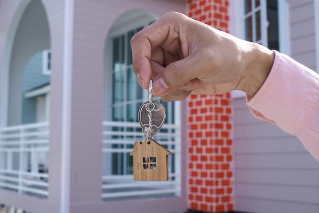 Verhuurder ontgrendelt de huissleutel voor nieuw huis