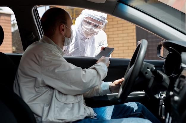 Verificatie van documenten voor de toestemming van chauffeurs om tijdens quarantaine door de stad te reizen. covid-19