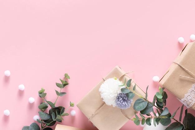 Verjaardag, bruiloft, kerstmis achtergrond met cadeau of doos op roze