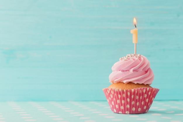 Verjaardag caucpcake op blauwe houten tafel