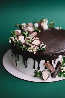 Verjaardag chocoladetaart met snoepjes en bloemen