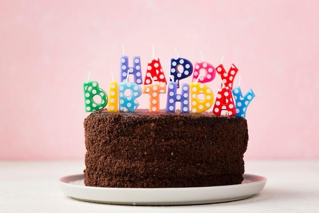 Verjaardag concept met chocoladetaart en schattige kaarsen