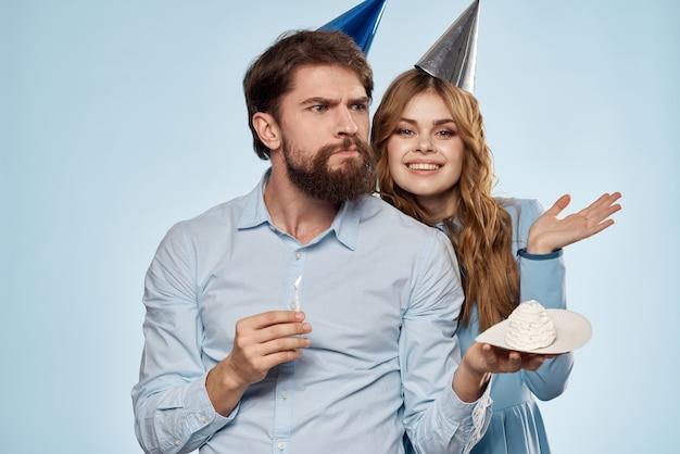 Verjaardag corporate jonge man en vrouw met cake
