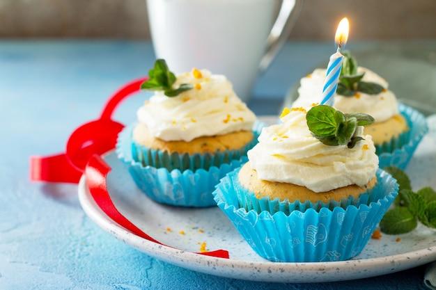Verjaardag cupcake close-up kleurrijke cupcake met slagroom papaver en sinaasappelschil