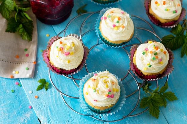 Verjaardag cupcake met buttercream icing en frambozenjam een houten tafel copy space