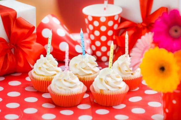 Verjaardag cupcakes, geschenkdoos en bloemen. ondiepe scherptediepte