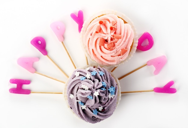 Verjaardag cupcakes met colorul latters