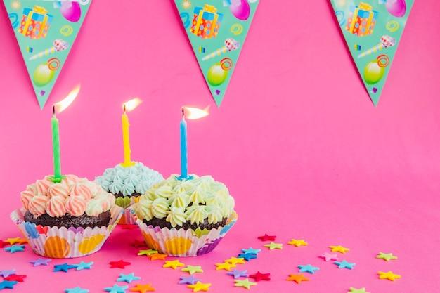 Verjaardag cupcakes met kaarsen