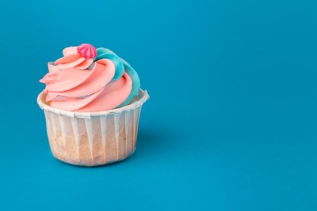 Verjaardag cupcakes op blauwe dichte omhooggaand