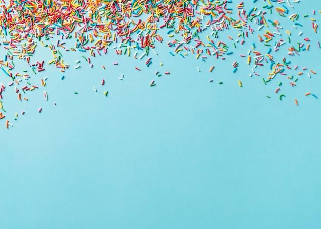 Verjaardag en partij concept achtergrond met confetti frame op blauw, bovenaanzicht, kopie ruimte,